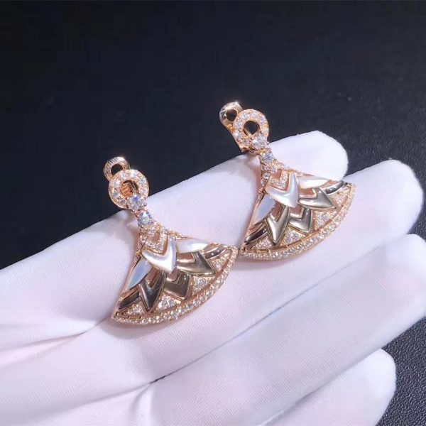Bvlgari Diva' Dream earrings in 18 kt rose gold, white mother of pearls, set with pavé diamonds.