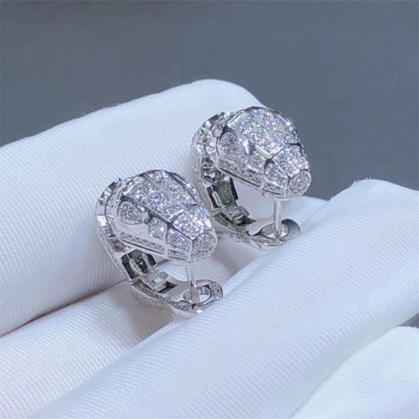 Bvlgari Serpenti 18 kt white gold earrings set with pavé diamonds (3.22ct) and two diamonds eyes. (0.51ct)